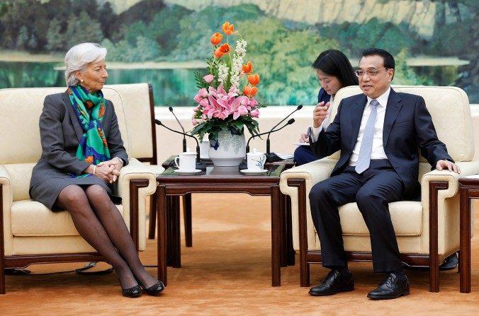 El Primer Ministro chino Li Keqiang , se reúne con el director del Fondo Monetario Internacional, Chistine Lagarde, en El gran palacio del pueblo de Beijing el 23 de marzo de 2015, en Beijing, China. (Lintao Zhang, imágenes Getty)