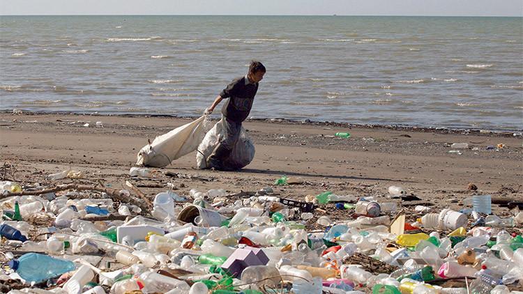 La basura visible en todos los mares del mundo sería solo la punta del iceberg de este problema, ya que el 70% de estos desechos queda atrapado en zonas poco profundas o se hunde en el fondo. (Getty Images/Creative)