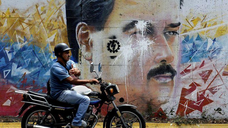 Graffiti del mandatario venezolano Nicolás Maduro destruido (crédito de foto debe leer FEDERICO PARRA/AFP/Getty Images)