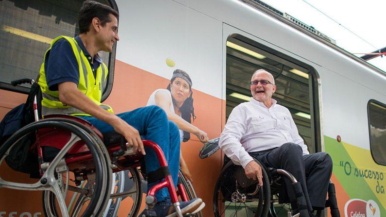 (R) delante del tren quería aprender acerca de la movilidad y la accesibilidad del transporte por ferrocarril en Río. (Foto por Buda Mendes/Getty Images)