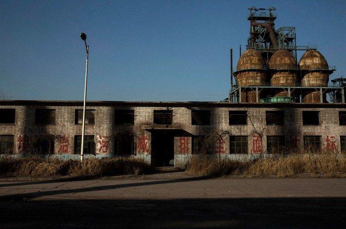Una vista general de los edificios en la planta abandonada de acero Qingquan que se cerró en 2014 y se convirtió en uno de las así llamadas fábricas 'zombi' en Tangshan, el 26 de enero de 2016. (Kevin Frayer / Getty Images)