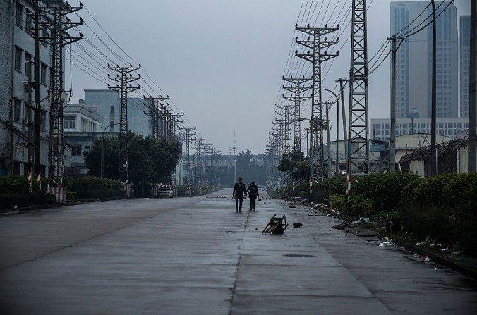 Una pareja camina en una calle en una zona industrial abandonada de la ciudad Houjie en Donggyuan el 27 de enero de 2016. (Lam Yik Fei / Getty Images)