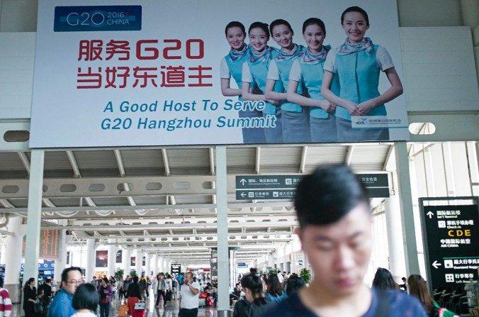 Un cartel publicitario de la próxima cumbre del G-20 en Hangzhou se ve en el aeropuerto de Hangzhou el 21 de mayo de 2016. (Fred Dufour / AFP / Getty Images)