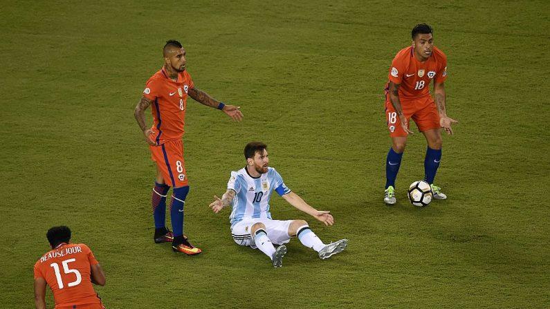 Lionel Messi (C) de la Argentina (crédito de foto debe leer DON EMMERT/AFP/Getty Images)