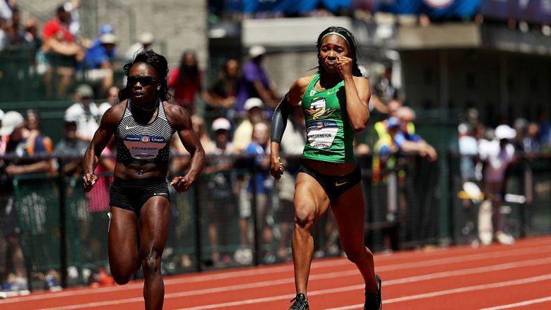 Morolake Akinosun y Ariana Washington en la primera ronda de las mujeres es planos de 100 metros durante el 2016 Estados Unidos pista & campo ensayos del equipo olímpico en el campo de Hayward en 02 de julio de 2016 en Eugene, Oregon. (Foto por Patrick Smith/Getty Images)