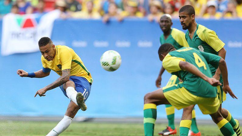 Neymar Jr. #10 de Brasil lanza el balón contra Sudáfrica en el Estadio Mane Garrincha el 4 de agosto de 2016 en Brasilia, Brasil. (Foto por Celso Junior/Getty Images)