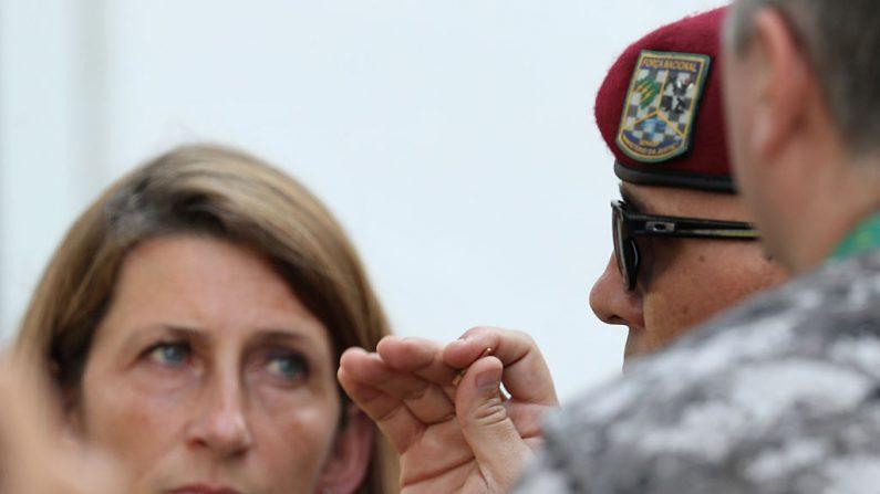 Un miembro de la fuerza nacional brasileño analizando la situación, de una bala en sala de prensa. (Foto de Rob Carr/Getty Images)