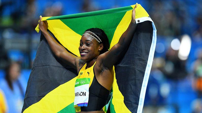 Elaine Thompson de Jamaica celebra ganando las mujeres 100m en Río de Janeiro, Brasil. (Foto de Quinn Rooney/Getty Images)