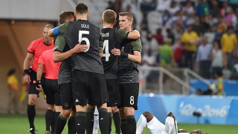 Los jugadores de Alemania celebran victoria 2-0 sobre Nigeria (crédito de foto debe leer NELSON ALMEIDA/AFP/Getty Images)