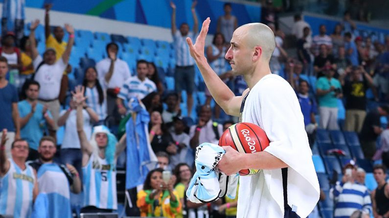 Manu Ginobili, # 5 de la Argentina, saluda a los aficionados después de perder ante los Estados Unidos durante el partido de básquet de hombres de cuartos de final en el Carioca Arena 1 en el día 12 de los Juegos Olímpicos Río 2016, el 17 de agosto de 2016 en Río de Janeiro, Brasil. (Foto por Tom Pennington / Getty Images)
