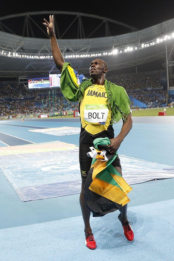 Usain Bolt de Jamaica celebra después de ganar la final de atletismo de hombres de los 200m en los Juegos Olímpicos de Río 2016 en el Estadio Olímpico en Río de Janeiro el 18 de agosto de 2016. (ADRIAN DENNIS / AFP / Imágenes falsas)