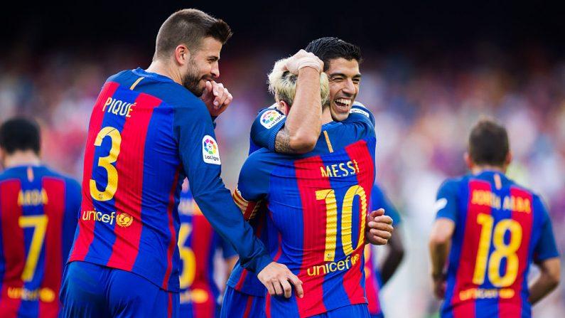 Luis Suárez (R) de FC Barcelona celebra con sus compañeros de equipo Lionel Messi (C) y Gerard Piqué (L) después de anotar el cuarto gol en el primer partido de La Liga entre FC Barcelona y el Real Betis. (Foto por Alex Caparros/Getty Images)