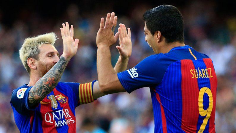 Luis Suárez (Der.) celebra con Lionel Messi después de anotar en el partido de la liga española frente a Real Betis en el Camp Nou el 20 de agosto de 2016. (PAU BARRENA / AFP / Getty Images)