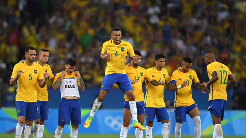 Los jugadores de Brasil reaccionan por ganar el oro en fútbol hombres en Río 2016 (Foto por Laurence Griffiths/Getty Images)
