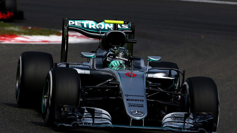 Nico Rosberg de Alemania conducir el turbo de Mercedes (Foto por Charles Coates/Getty Images)