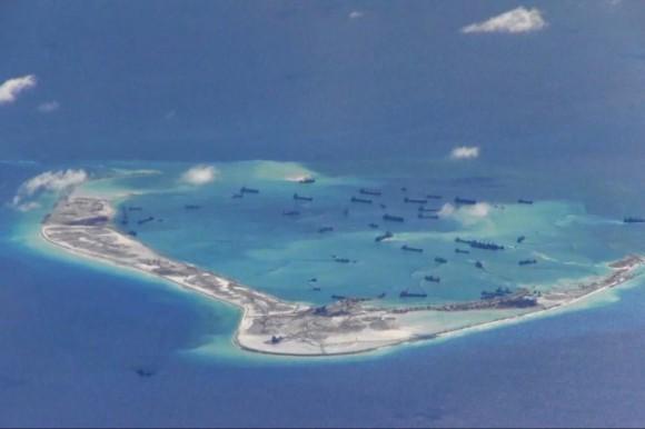 Dragas chinas trabajan en la construcción de islas artificiales en y alrededor del Arrecife Mischief en las Islas Spratly en el Mar de la China Meridional el 2 de mayo de 2015. (Marina de Guerra de los Estados Unidos)
