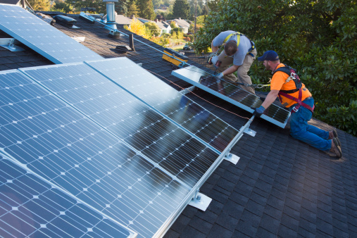 Los ingenieros y los empresarios pueden hacer su parte para asegurar que la economía de energía limpia beneficie a todos. Foto: Blend Images - Don Mason/Getty Images
