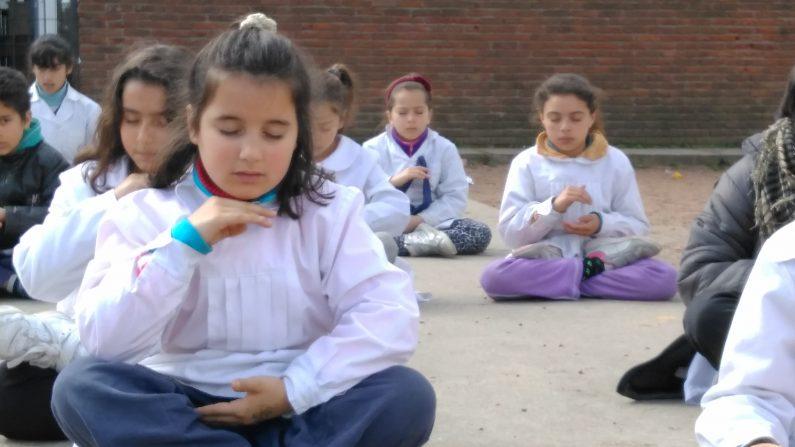 """Alumnos de 6° grado de la Escuela primaria N° 97, """"Federico García Lorca"""", de Montevideo, Uruguay practicando la meditación (quinto ejercicio de Falun Dafa)"""