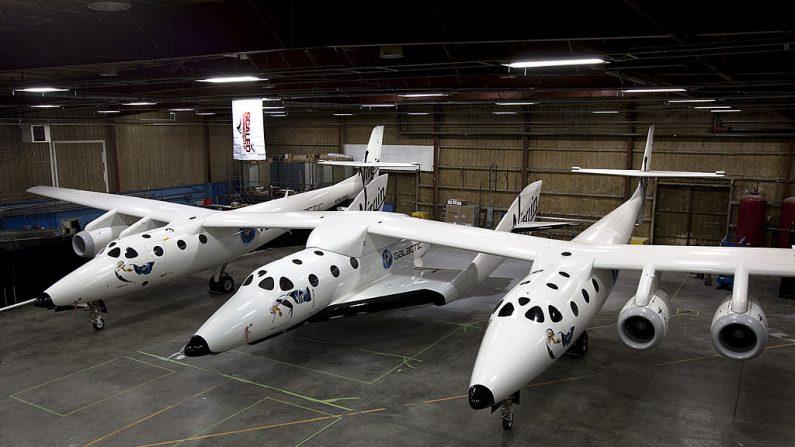 SpaceShipTwo (fuselaje central) llevando bajo su nave nodriza White Knight Two diseñada para turismo espacial. Foto: Wikimedia Commons.