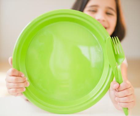 Francia prohíbe el uso de platos y cubiertos de plástico (foto Jamie Grill/Getty Images)