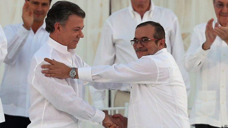 El presidente colombiano Juan Manuel Santos y el líder de las FARC Rodrigo 'Timochenko' Londoño. (Foto Voz de América)