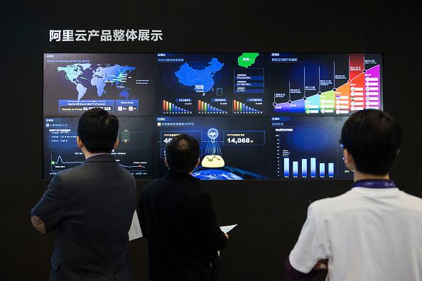 Asistentes a la Conferencia de Informática en Hangzhou, China, del 14 de octubre de 2015, observan el alcance de AliCloud, la rama de computación en la nube de Alibaba. (Qilai Shen/Bloomberg via Getty Images)