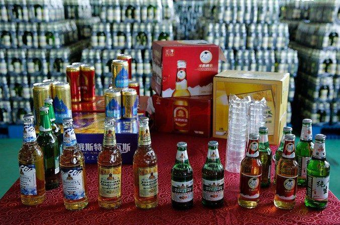 Cerveza exhibida en la fábrica de cerveza Jinzhu Manjiang en la provincia de Heilongjiang, China, el 1 de agosto de 2013. (Lintao Zhang/Getty Images)
