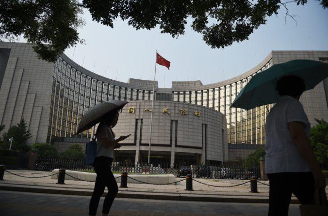 Peatones caminan por el Banco Popular de China, el 8 de julio de 2015. El banco central el 23 de septiembre de 2016, aprobó comercio interbancario de permutas de incumplimiento crediticio. (Greg Baker / AFP / Getty Images)