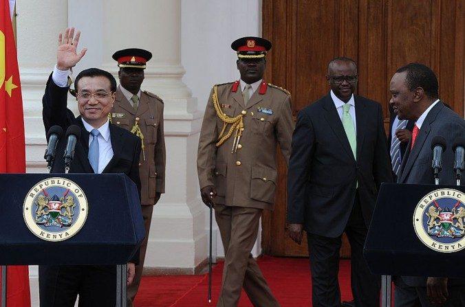 El Primer Ministro de China, Li Keqiang (izq) saluda luego de dar una conferencia de prensa con el presidente de Kenia, Uhuru Kenyatta en la Casa Estatal en la capital Nairobi el 10 de mayo de 2014. (Tony Karumba/AFP/Getty Images)