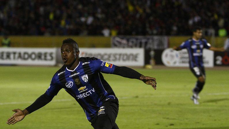 Jugador Ecuatoriano José Angulo (crédito de foto debe leer JAVIER CAZAR/AFP/Getty Images)