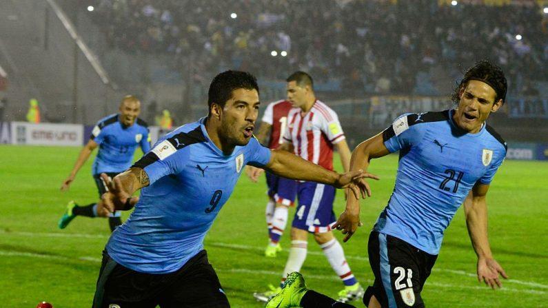 Luis Suárez y su compañero de equipo Edinson Cavani de Uruguay (Foto: PABLO PORCIUNCULA/AFP/Getty Images)