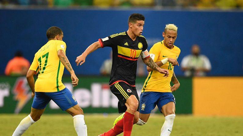 James Rodríguez (C) de Colombia entre Taison (L) y Neymar de Brasil (crédito de foto debe leer CHRISTOPHE SIMON/AFP/Getty Images)