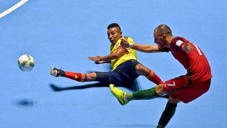 Cardenal (de Portugal) y Javier Ortiz (colombiano) 2016 Copa Mundial FIFA Fútsal (foto LUIS ROBAYO/AFP/Getty Images)