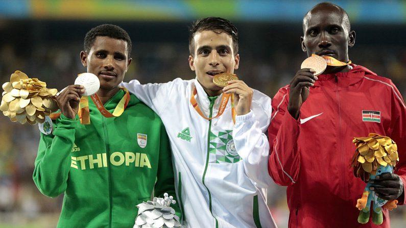 Plata Tamiru Demisse de Etiopía, oro Abdellatif Baka de Argelia y bronce Henry Kirwa de Kenia, en 1500 m hombres. (Foto por Alexandre Loureiro/Getty Images)