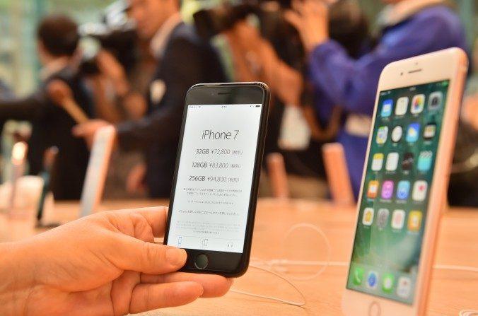 El iPhone 7 (izq.) y el 7 Plus (der.). Hackers rusos están atacando varias empresas internacionales, entre ellas Apple, Ebay y Amazon. (Kazuhiro Nogi/AFP/Getty Images)