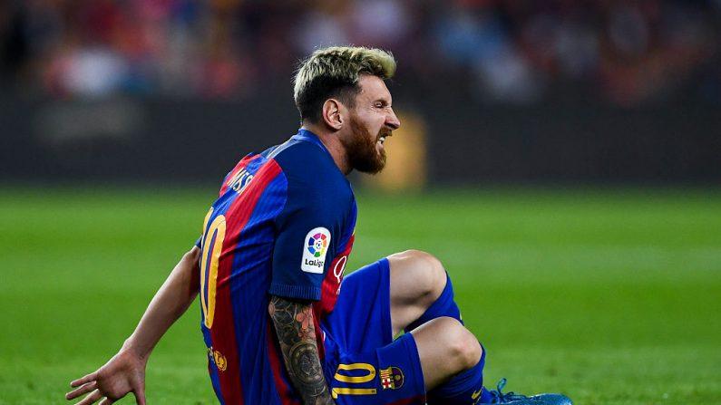 Lionel Messi de FC Barcelona reacciona al lesionarse durante el partido contra el Atlético Madrid por La Liga en el Camp Nou el 21 de septiembre de 2016. (David Ramos/Getty Images)