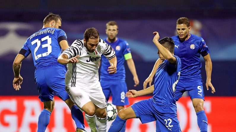 Defensores del Dinamo Zagreb retan a jugador Juventus (foto STR/AFP/Getty Images)