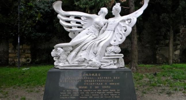 """Una estatua en Verona, Italia, que representa a Zhu Yingtai y Liang Shanbo, conocidos como """"Los amantes mariposa"""". (Cortesía de Garrow)"""