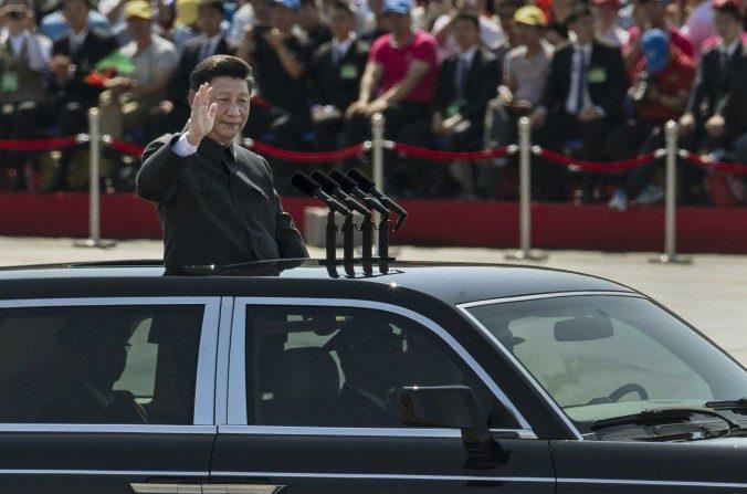 El líder del partido comunista, Xi Jinping en una caravana saludando a los soldados en frente de la Plaza Tiananmen y la Ciudad Prohibida en un desfile militar el 3 de septiembre de 2015 en Beijing, China. (Kevin Frayer/Getty Images)