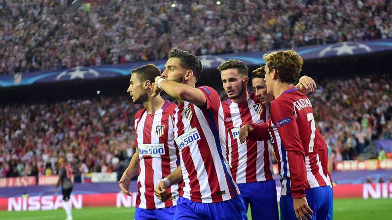 El mediocampista Yannick Ferreira Carrasco (2do a la izquierda) del Atlético Madrid celebra luego de convertir ante FC Bayern Munich, por la UEFA Champions League, el 28 de septiembre de 2016. (PIERRE-PHILIPPE MARCOU/AFP/Getty Images)