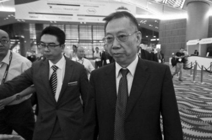Huang Jiefu, el portavoz chino de asuntos de trasplantes evita la prensa en la reciente conferencia bienal de la Sociedad de Trasplante en Hong Kong el 19 de agosto. (Yu Kong/Epoch Times)