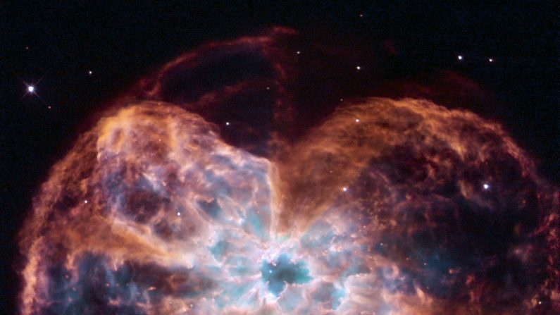 """Imagen de estrella moribunda tomada por el telescopio espacial Hubble de la NASA / ESA, que muestra el colorido """"último grito"""" de una estrella parecida a nuestro Sol, la nebulosa planetaria NGC 2440. (Fuente: NASA)"""