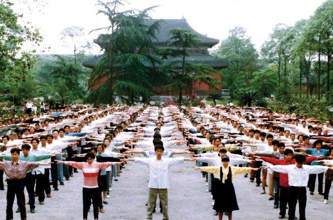 Practicantes de Falun Gong hacen los ejercicios en Chengdu, provincia de Sichuan en China antes de que la persecución comenzara en 1999. (Minghui)