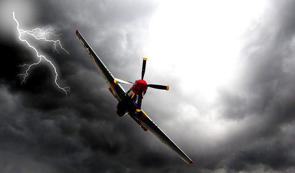 Avion a motor en medio de la tormenta