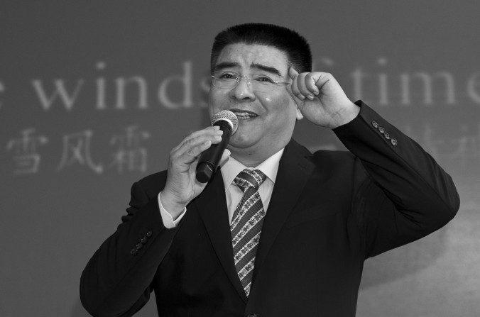 El magnate chin del reciclado Chen Guangbiao haciendo karaoke en un hotel cerca de Central Park, New York City, el 7 de junio de 2014. (Samira Bouaou/La Gran Época)