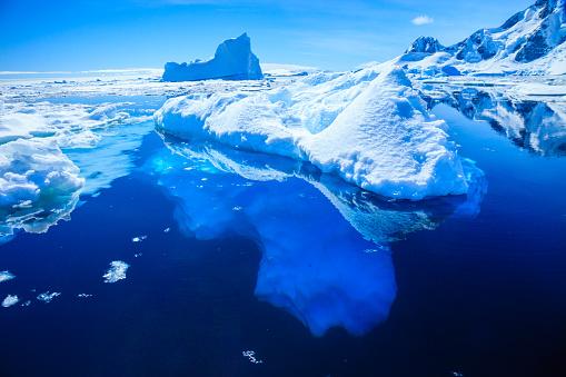 El hielo de la Antártida se hunde en agua caliente (foto Kelly Cheng/Getty Images)