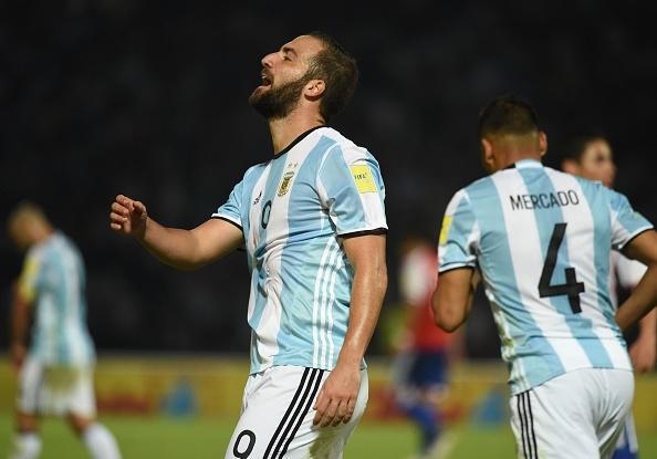 Gonzalo Higuain se enoja por errar un tiro frente a Paraguay por Eliminatorias Rusia 2018, en Córdoba, Argentina.  (EITAN ABRAMOVICH/AFP/Getty Images)