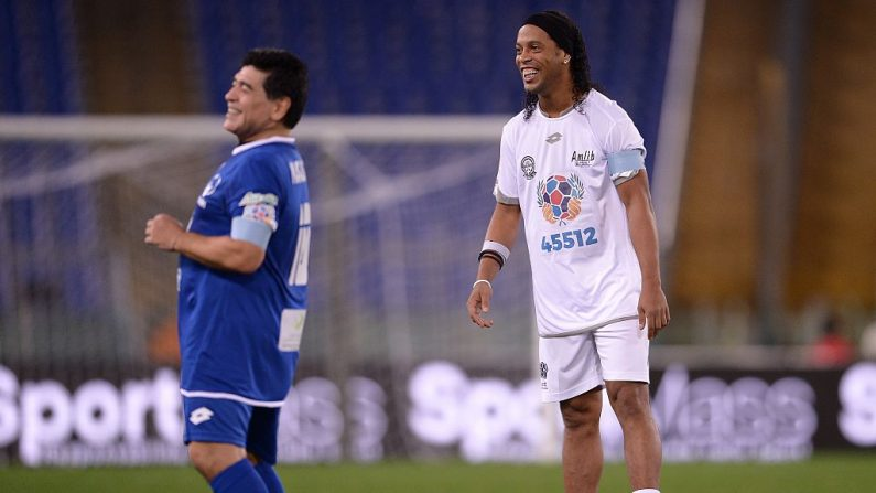 El delantero brasileño Ronaldinho (Der.) y la leyenda del fútbol argentino Diego Armando Maradona antes de competir en el 'Partido de la Paz - Unidos por la Paz'. en el estadio Olímpico de Roma el 12 de octubre de 2016. (FILIPPO MONTEFORTE / AFP / Getty Images)