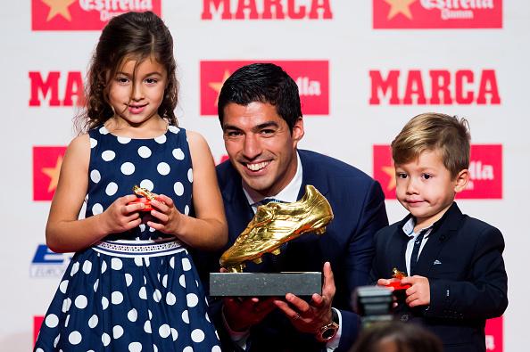 Luis Suárez de FC Barcelona posa con su hija Delfina (Izq.) y su hijo Benjamín (Der.) luego de recibir la Bota de Oro, al mejor goleador de Europa. (Alex Caparros/Getty Images)