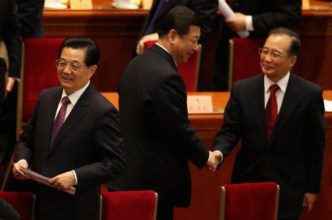 (De izquierda a derecha) El ex líder del Partido Comunista Chino Hu Jintao, el titular del Partido Xi Jinping y el ex primer ministro chino Wen Jiabao en el Gran Salón del Pueblo en Beijing el 3 de marzo de 2013. (Feng Li/Getty Images)
